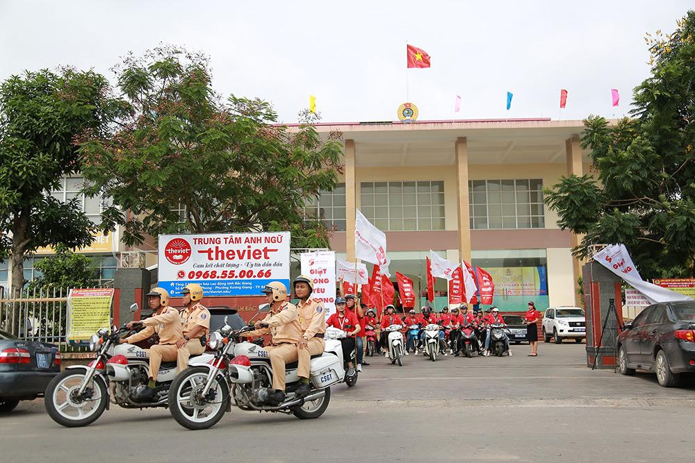 Đoàn diễu hành đi qua các tuyến phố của thành phố Bắc Giang để cổ động, tuyên truyền đến người dân về hiến máu tình nguyện, có xe dẫn đường của Công an giao thông tỉnh