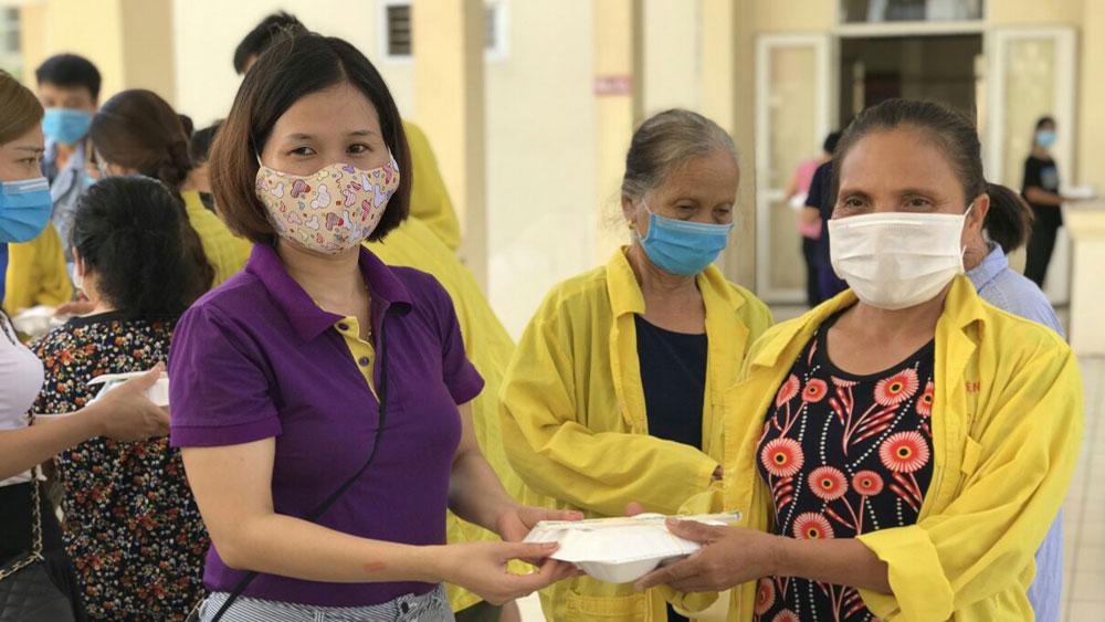 CLB Bông hồng tím phát hơn 100 suất cơm từ thiện tại Bệnh viện Ung bướu Bắc Giang