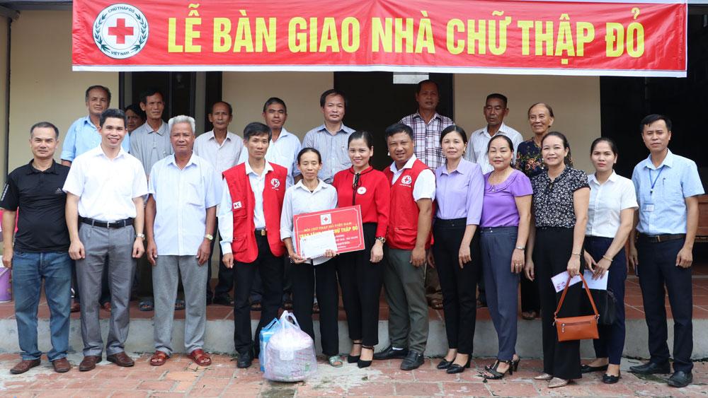 Hội Chữ thập đỏ tỉnh tặng quà và nhà nhân đạo cho hộ nghèo huyện Hiệp Hòa